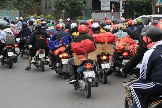 Người dân lỉnh kỉnh đồ đạc trở về thủ đô sau kỳ nghỉ Tết - 6