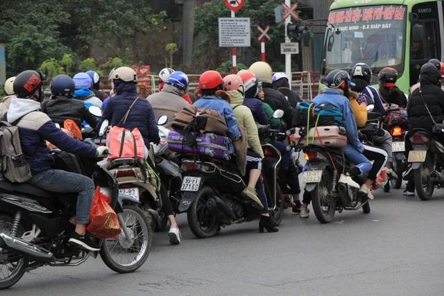 Người dân lỉnh kỉnh đồ đạc trở về thủ đô sau kỳ nghỉ Tết - 14
