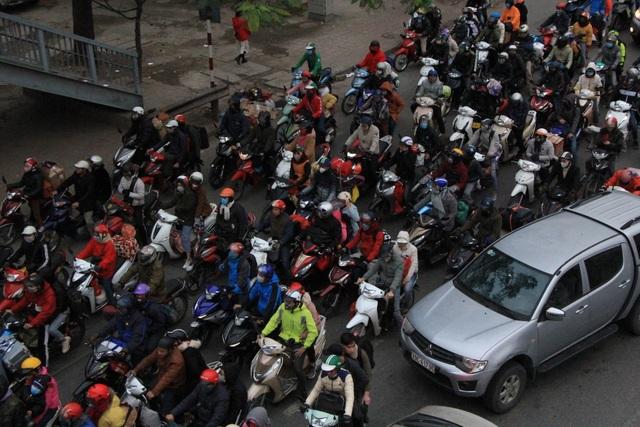 Người dân lỉnh kỉnh đồ đạc trở về thủ đô sau kỳ nghỉ Tết - 5
