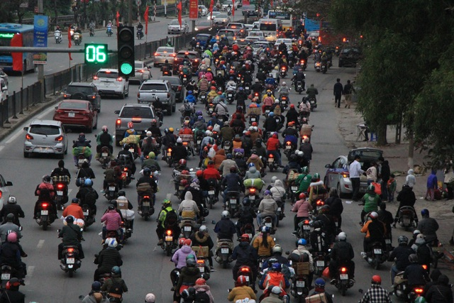 Người dân lỉnh kỉnh đồ đạc trở về thủ đô sau kỳ nghỉ Tết - 1