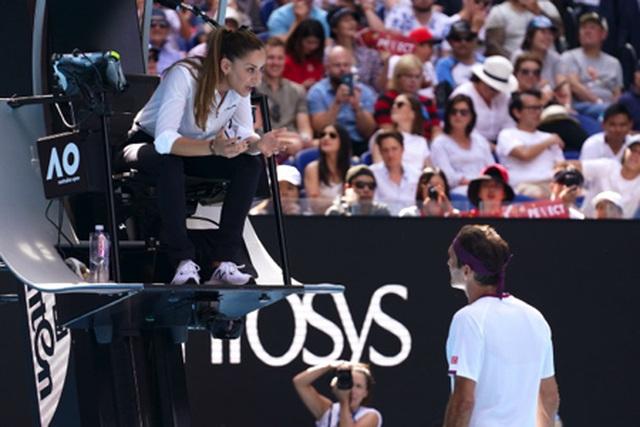 """Nữ trọng tài xinh đẹp """"cướp sóng"""" của Roger Federer - 2"""