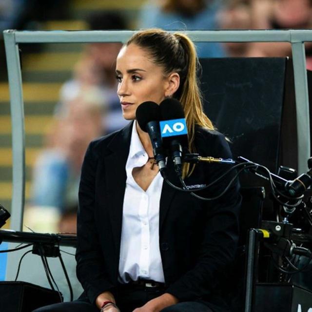 """Nữ trọng tài xinh đẹp """"cướp sóng"""" của Roger Federer - 3"""