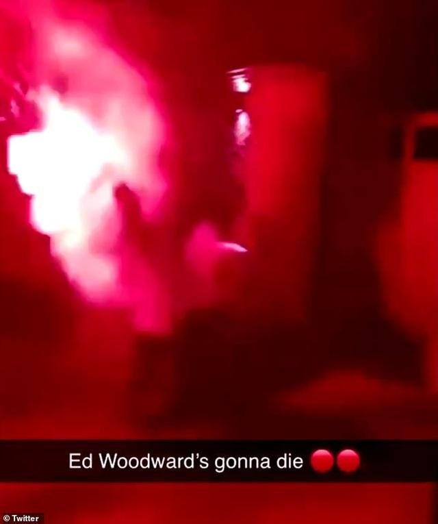 Cổ động viên Man Utd tấn công nhà Phó Chủ tịch Ed Woodward - 1