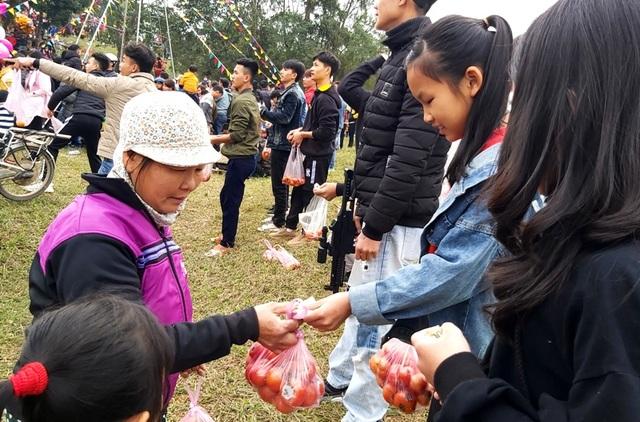 Tưng bừng cuộc chiến cà chua tại phiên chợ một năm chỉ họp một lần - 5