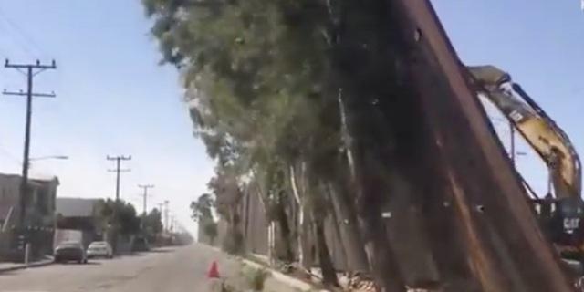 Gió thổi đổ tường biên giới của ông Trump sang Mexico - 1