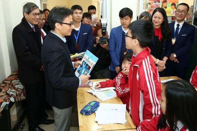 Học sinh thích thú khi được Phó Thủ tướng mừng tuổi bằng sách - 1