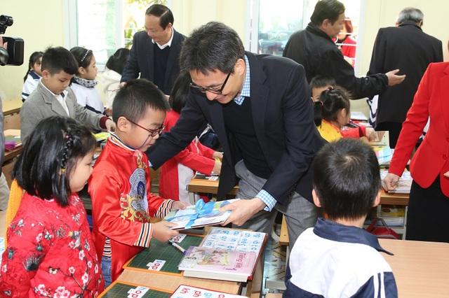 Học sinh thích thú khi được Phó Thủ tướng mừng tuổi bằng sách - 2