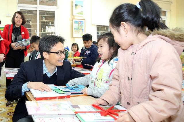 Học sinh thích thú khi được Phó Thủ tướng mừng tuổi bằng sách - 3