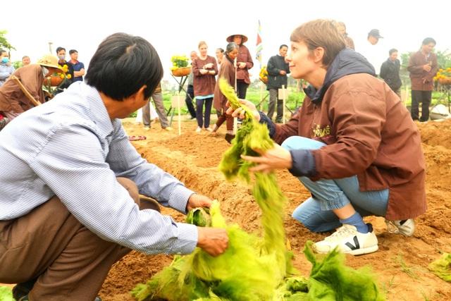 Du khách thích thú với lễ hội cầu bông ở làng rau hơn 400 năm tuổi - 12
