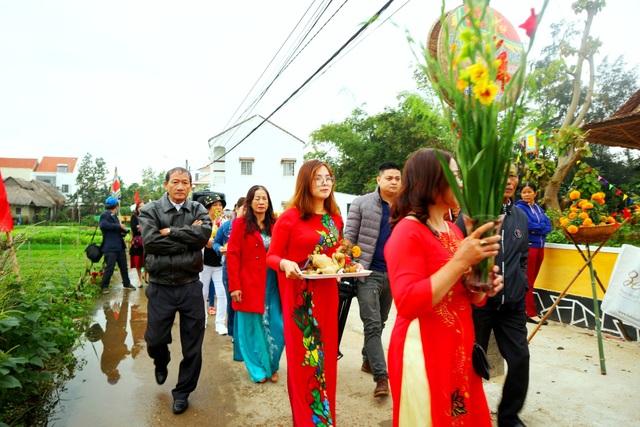 Du khách thích thú với lễ hội cầu bông ở làng rau hơn 400 năm tuổi - 2