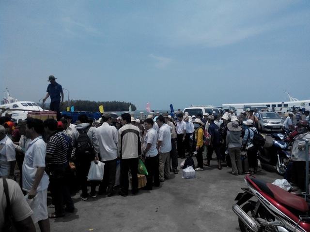 Phú Quốc bỏ ngỏ việc kiểm soát thân nhiệt du khách tại các bến tàu  - 1