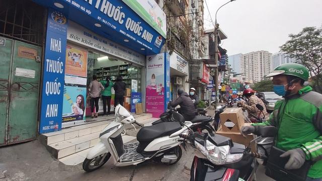 Nhiều người dân Hà Nội đi cả chục cây số vẫn không mua được khẩu trang - 6
