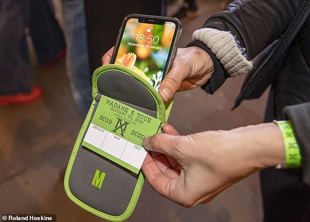 """Mục sở thị túi """"chống sử dụng điện thoại"""" tại sự kiện âm nhạc - Ảnh minh hoạ 2"""