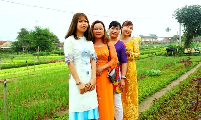 Du khách thích thú với lễ hội cầu bông ở làng rau hơn 400 năm tuổi - 6
