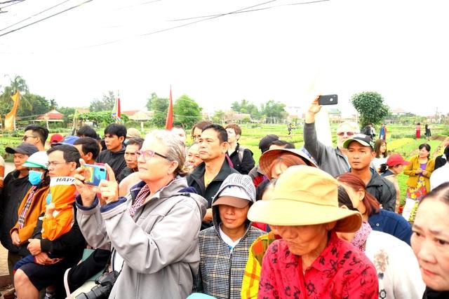 Du khách thích thú với lễ hội cầu bông ở làng rau hơn 400 năm tuổi - 7