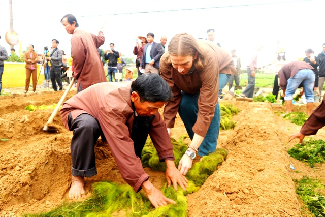 Du khách thích thú với lễ hội cầu bông ở làng rau hơn 400 năm tuổi - 8