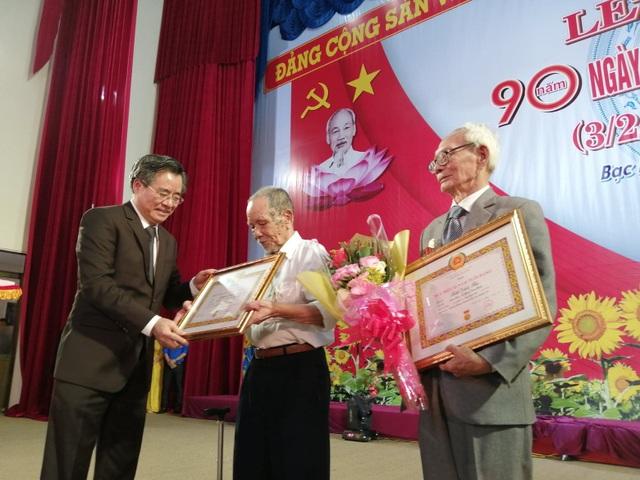Cụ ông 81 tuổi ngồi xe lăn đến nhận Huy hiệu 55 năm tuổi Đảng - 2