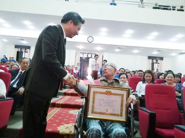Cụ ông 81 tuổi ngồi xe lăn đến nhận Huy hiệu 55 năm tuổi Đảng - 3