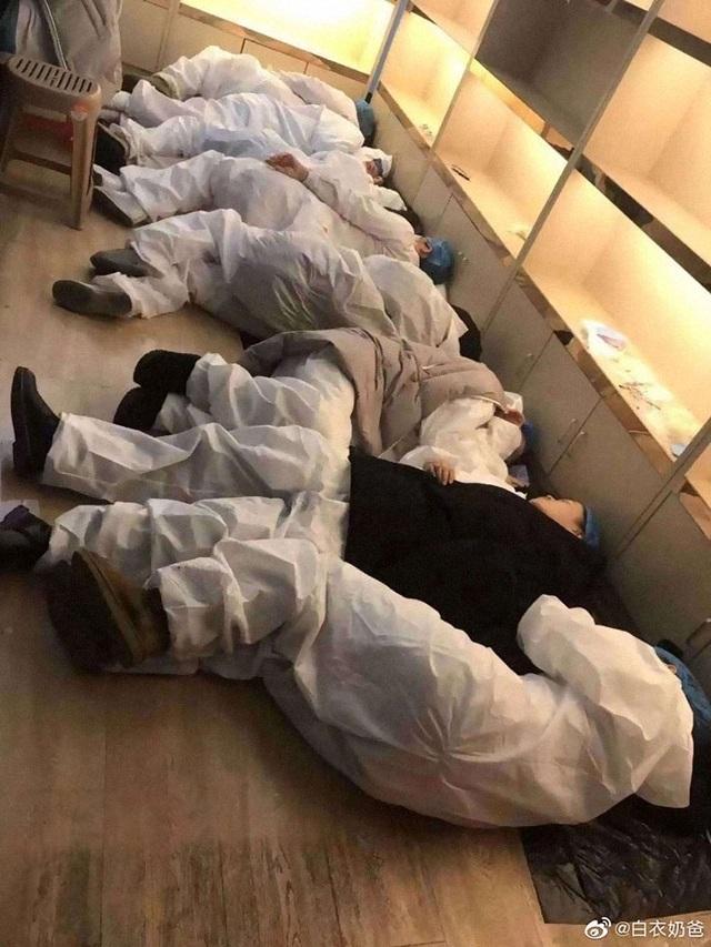 Những hình ảnh chân thực nhất về cuộc chiến của các blouse trắng giữa tâm dịch Vũ Hán - 11