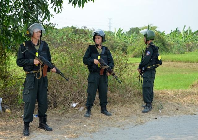 Vụ xả súng bắn chết 4 người: Người dân mặc áo chống đạn hỗ trợ cảnh sát truy tìm nghi phạm - 5