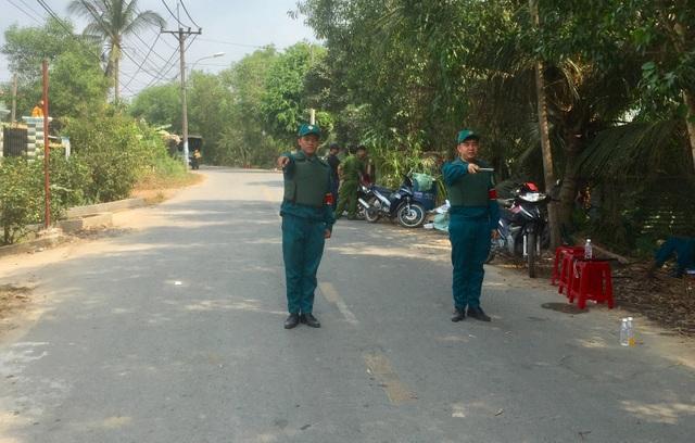 Vụ xả súng bắn chết 4 người: Người dân mặc áo chống đạn hỗ trợ cảnh sát truy tìm nghi phạm - 9