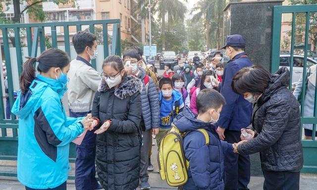 Ứng phó Virus Corona: Canh cổng trường đo thân nhiệt từng học sinh, phụ huynh - 1