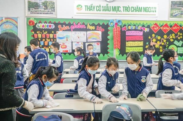 Ứng phó Virus Corona: Canh cổng trường đo thân nhiệt từng học sinh, phụ huynh - 3