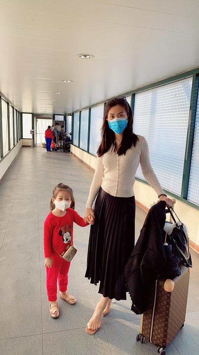 Sao Việt trang bị kín mít, phát khẩu trang miễn phí giữa đại dịch virus Corona - 9