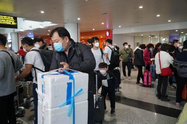 """Nhóm khách Trung Quốc """"cố thủ"""" ở Nội Bài, nhất quyết không lên máy bay về nước - 1"""