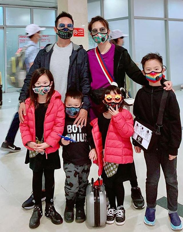 Sao Việt trang bị kín mít, phát khẩu trang miễn phí giữa đại dịch virus Corona - 5