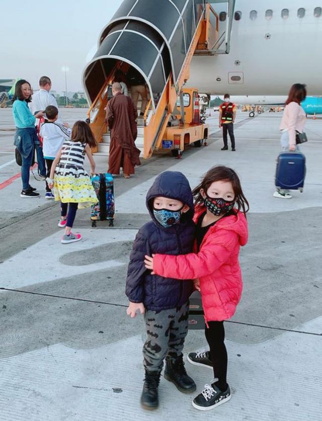 Sao Việt trang bị kín mít, phát khẩu trang miễn phí giữa đại dịch virus Corona - 8