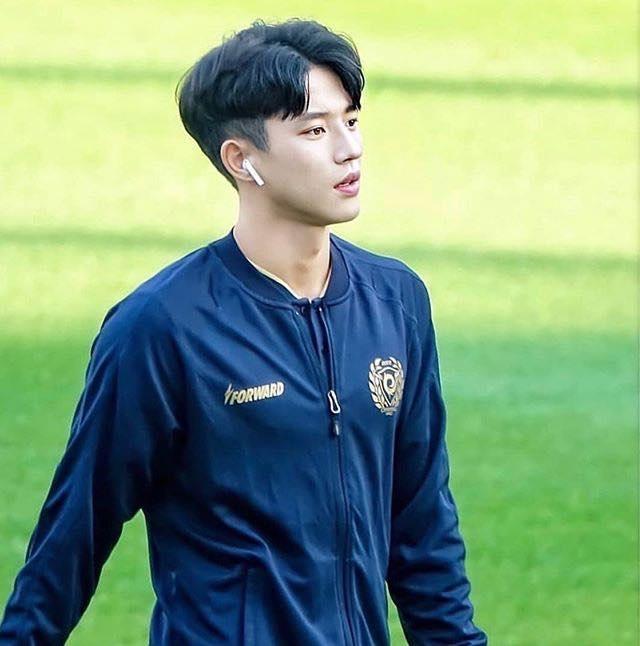 """Cầu thủ được mệnh danh """"đẹp trai nhất Hàn Quốc"""" gây """"sốt mạng"""" dịp đầu năm - 9"""