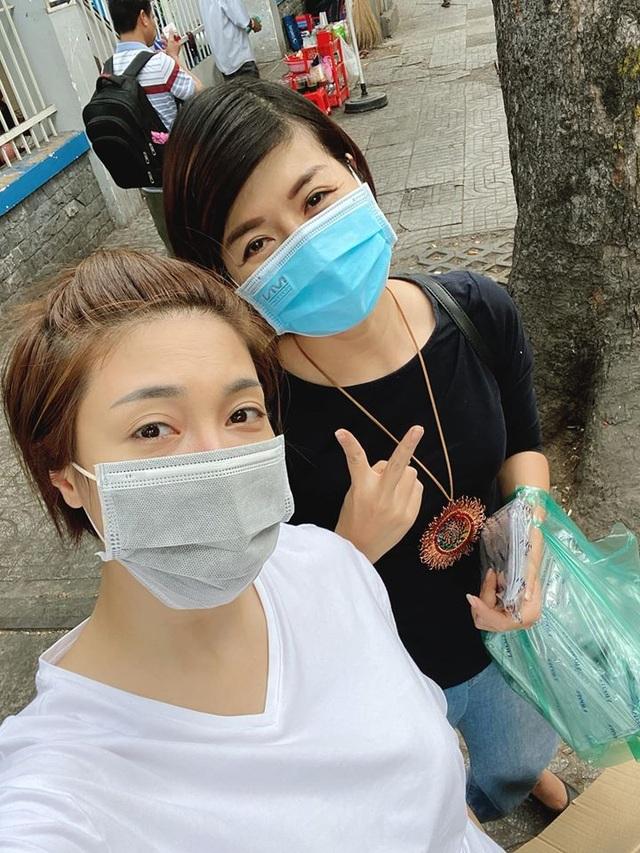 Sao Việt trang bị kín mít, phát khẩu trang miễn phí giữa đại dịch virus Corona - 1