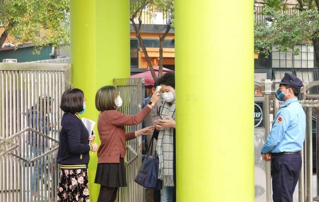 Ứng phó Virus Corona: Canh cổng trường đo thân nhiệt từng học sinh, phụ huynh - 10
