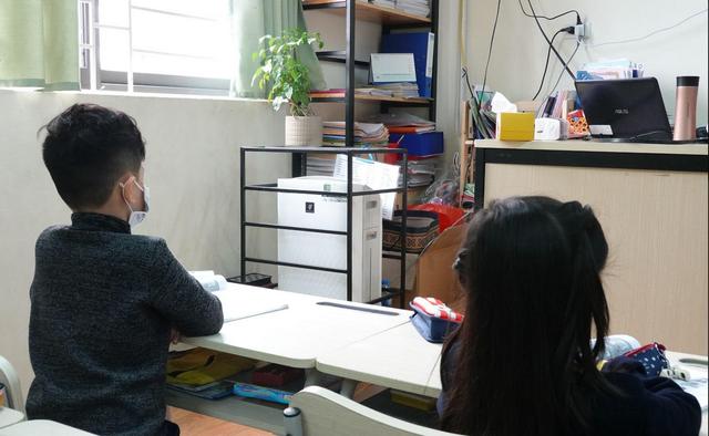 Ứng phó Virus Corona: Canh cổng trường đo thân nhiệt từng học sinh, phụ huynh - 7