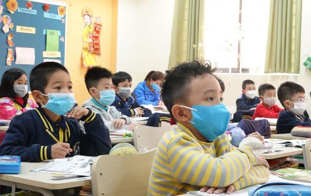 Ứng phó Virus Corona: Canh cổng trường đo thân nhiệt từng học sinh, phụ huynh - 11