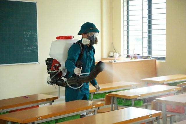 Dịch virus corona: Hà Nội phun khử trùng trường học trong đêm - 1