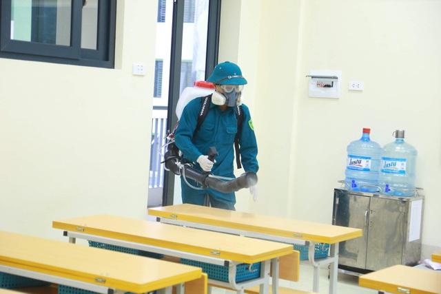 Dịch virus corona: Hà Nội phun khử trùng trường học trong đêm - 2