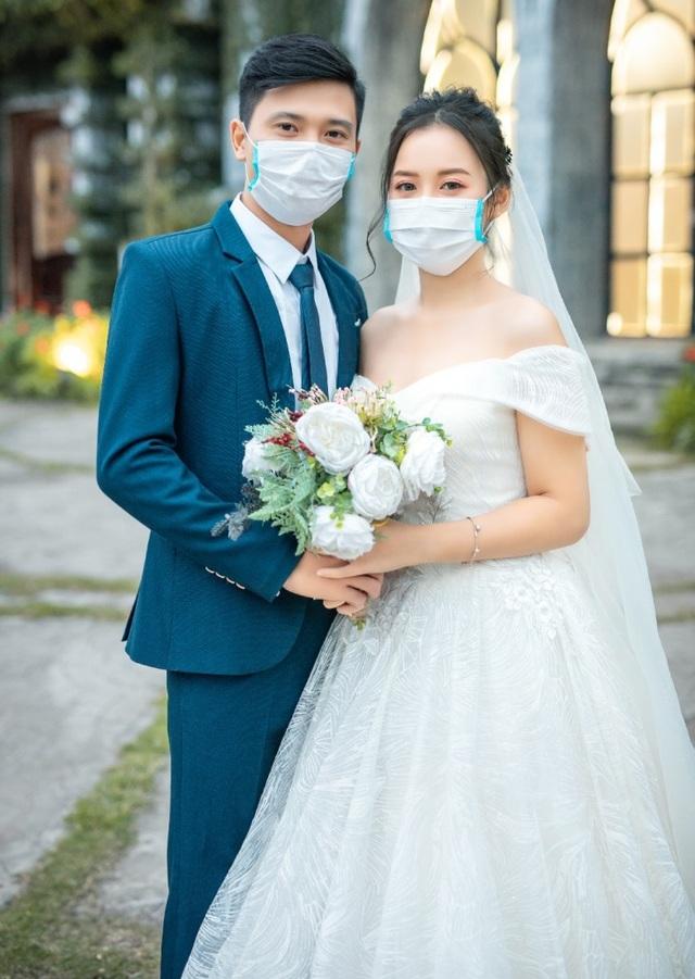 """Dịch corona bùng phát, bộ ảnh cưới cô dâu chú rể đeo khẩu trang gây """"sốt"""" mạng - 1"""