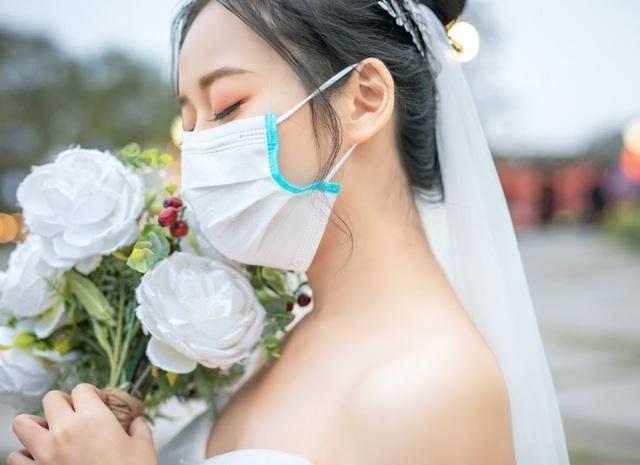 """Dịch corona bùng phát, bộ ảnh cưới cô dâu chú rể đeo khẩu trang gây """"sốt"""" mạng - 3"""