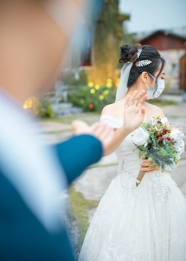 """Dịch corona bùng phát, bộ ảnh cưới cô dâu chú rể đeo khẩu trang gây """"sốt"""" mạng - 4"""