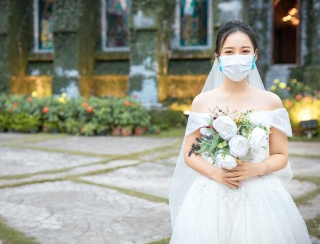 """Dịch corona bùng phát, bộ ảnh cưới cô dâu chú rể đeo khẩu trang gây """"sốt"""" mạng - 5"""