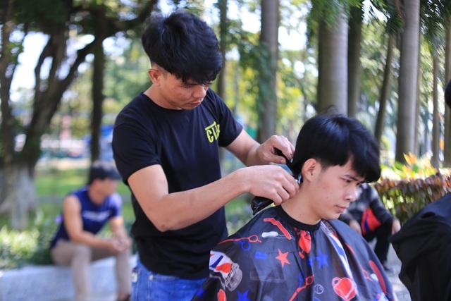"""Ấm lòng """"tiệm"""" cắt tóc miễn phí trên vỉa hè ở Đà Nẵng - 2"""