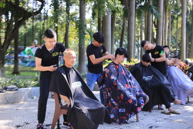 """Ấm lòng """"tiệm"""" cắt tóc miễn phí trên vỉa hè ở Đà Nẵng - 1"""