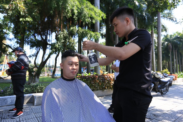 """Ấm lòng """"tiệm"""" cắt tóc miễn phí trên vỉa hè ở Đà Nẵng - 3"""