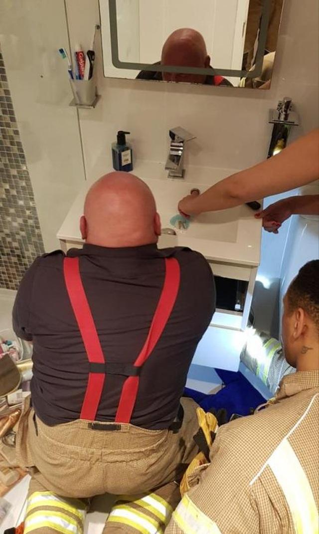 Xấu hổ vì phải gọi lính cứu hỏa giải cứu ngón tay mắc kẹt 20 phút trong bồn rửa mặt - 1