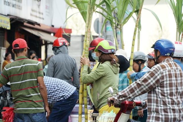 Người Sài Gòn đổ xô mua mía cầu tài đầu năm - 1