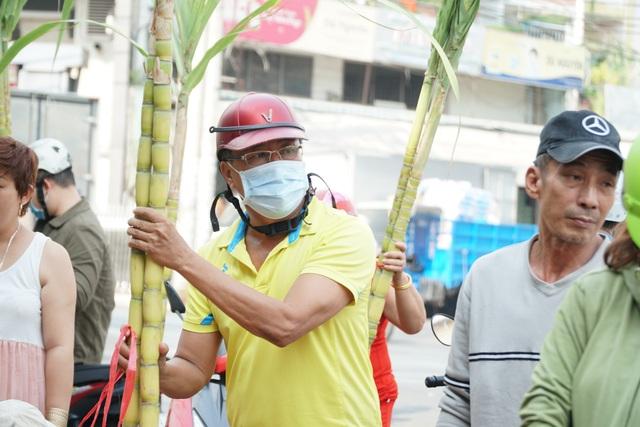 Người Sài Gòn đổ xô mua mía cầu tài đầu năm - 4