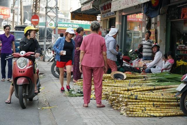 Người Sài Gòn đổ xô mua mía cầu tài đầu năm - 2