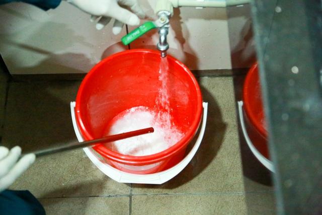 Hà Nội: Trường học ráo riết phun thuốc khử trùng phòng dịch Corona - 4
